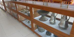 Asırlık tarım aletleri ve ev gereçlerini iş yerinde sergiliyor