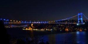 İstanbul'un iki köprüsü Kosova bayrağı renklerine büründü
