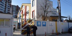 Adana'da iflas ettiği iddiasıyla kapatılan özel okul yönetimine velilerden tepki