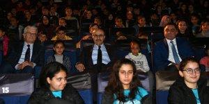 Tarım işçisi ailelerin çocukları sinema keyfi yaşadı