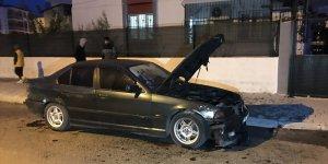 Adana'da kundaklanan otomobilde hasar oluştu