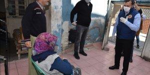Adana'da Kovid-19 nedeniyle evlerinde kalan ihtiyaç sahiplerine gıda kolisi dağıtıldı