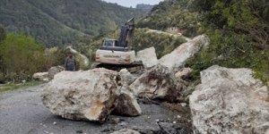 Mersin'de heyelan nedeniyle yol ulaşıma kapandı