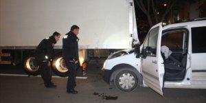 Adana'da park halindeki tıra çarpan kamyonetin şoförü olay yerinden kaçtı