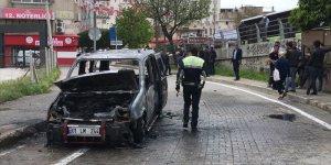 Adana'da hareket halindeyken yangın çıkan araç kullanılamaz hale geldi