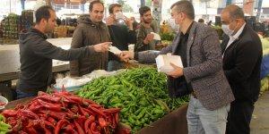 Adana'da bir muhtar 10 bin maske dağıttı