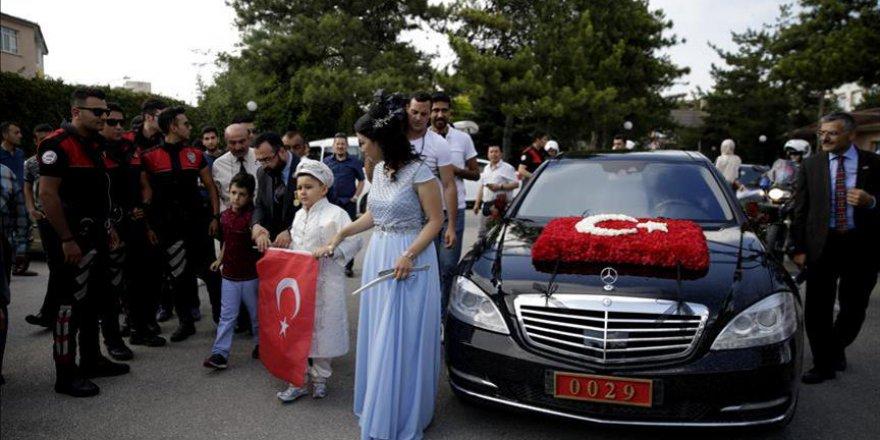 Bakan Canikli'nin makam aracı şehit oğlunun sünneti için süslendi