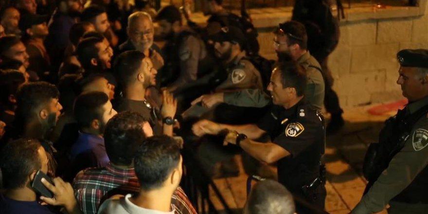 İsrail polisi Mescid-i Aksanın kapısındaki Filistinlilere müdahale etti