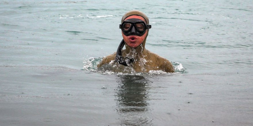 Şahika Ercümen soğuğa aldırmadan Van Gölü'ne daldı