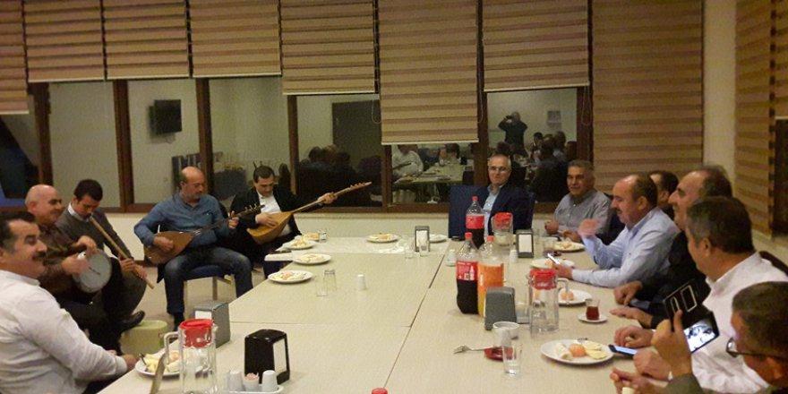Adana İHL 1984 mezunları ilahi ve türküleri birlikte söylediler..