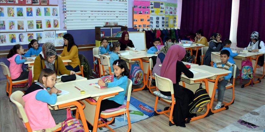 Öğrenciler ev ortamına dönüştürülen sınıfta ders yapıp velileriyle kitap okuyor