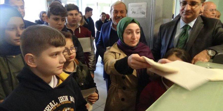 Öğrencilerden Mehmetçiğe mektup ve Suriyeli kardeşlerine karne hediyesi