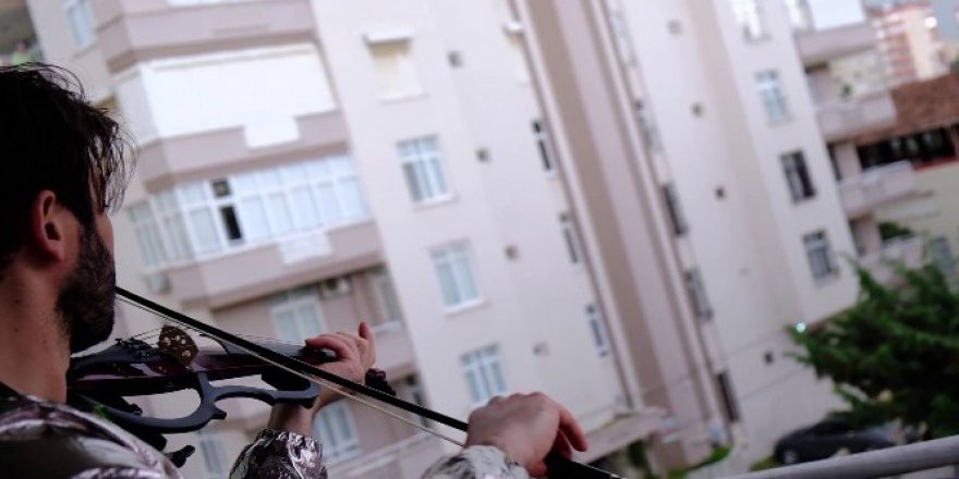 Adanalı kemancı evinden çıkmayan komşularına balkondan konser verdi