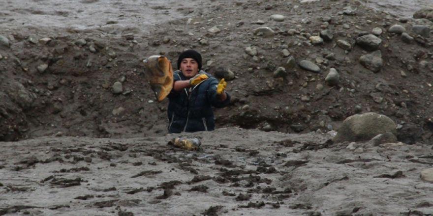 Elleriyle 15 kiloluk balık yakaladı