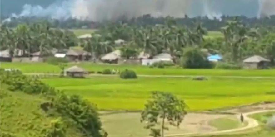 Köyleri yakılan Arakanlı Müslümanlar, hayatlarını kurtarmak için bölgeyi terk ediyor
