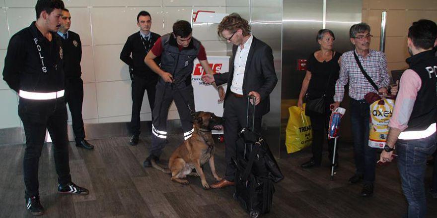 Avusturyalı yolculara havalimanında köpekli güvenlik araması