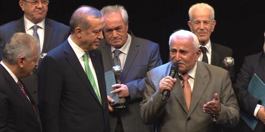 """Cumhurbaşkanı Erdoğan'ın katıldığı ödül töreninde """"15 Temmuz"""" şarkısı sürprizi"""