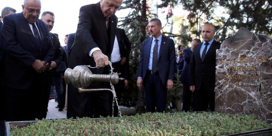 Erdoğan, Alparslan Türkeş'in kabrini ziyaret etti