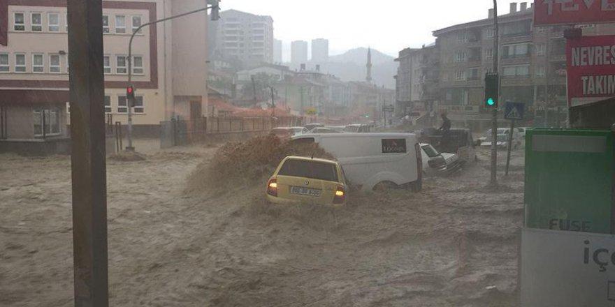 Mamak'ta aniden başlayan yağışın ardından araçlar sürüklendi